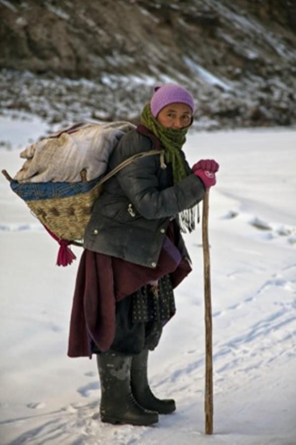 Cuộc sinh nở gian nan của những phụ nữ phải đi bộ suốt 9 ngày trời, qua 72 km trong thời tiết -35 độ C mới đến trạm xá - Ảnh 2.