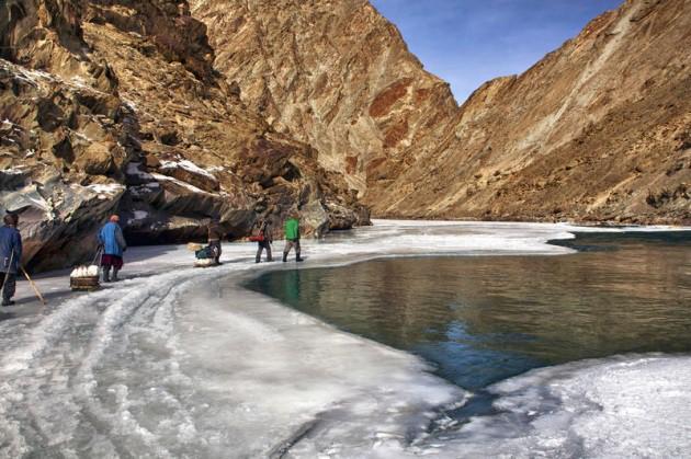 Cuộc sinh nở gian nan của những phụ nữ phải đi bộ suốt 9 ngày trời, qua 72 km trong thời tiết -35 độ C mới đến trạm xá - Ảnh 6.