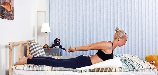 6 bài tập yoga đơn giản có thể giúp bạn dễ dàng vào giấc ngủ như những đứa trẻ - Ảnh 3.