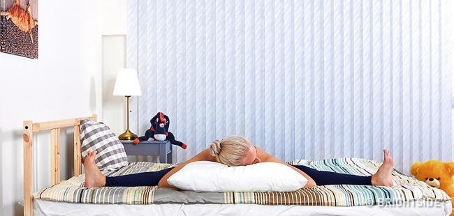 6 bài tập yoga đơn giản có thể giúp bạn dễ dàng vào giấc ngủ như những đứa trẻ - Ảnh 4.