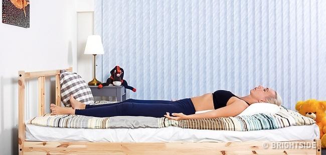 6 bài tập yoga đơn giản có thể giúp bạn dễ dàng vào giấc ngủ như những đứa trẻ - Ảnh 7.