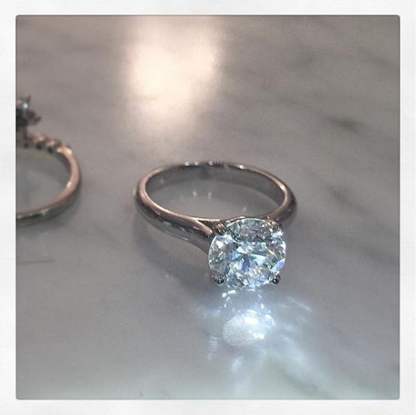 Phát ghen với siêu mẫu bốc lửa có anh chồng đẹp trai mỗi dịp kỷ niệm lại tặng vợ nhẫn kim cương to hơn - Ảnh 11.