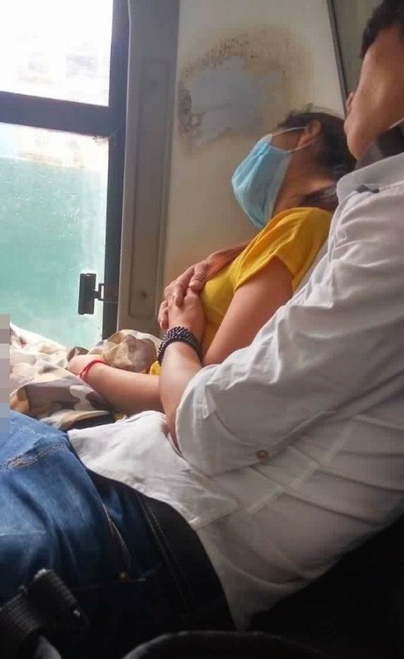 Một chiếc ghế xe khách, hai người đàn ông ngồi: Người cùng vợ đi nghỉ mát, kẻ dắt người yêu đi phá thai - Ảnh 3.