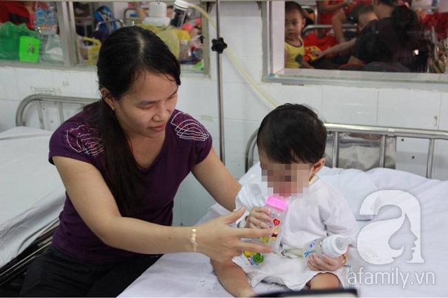 Bị muỗng đâm vào họng lúc ở nhà trẻ, bé gái 1 tuổi thủng thực quản nguy kịch - Ảnh 2.