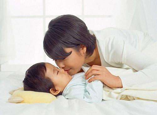 Sai lầm kiểu này thì bố mẹ có dỗ đến sáng con vẫn không ngủ - Ảnh 2.