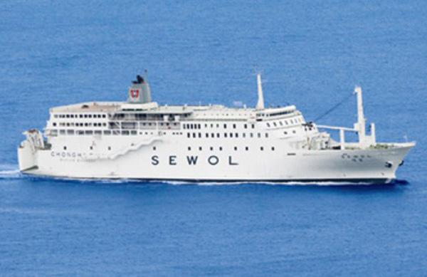 Loạt hình ám ảnh trong thảm kịch chìm phà Sewol cướp đi sinh mạng của gần 300 học sinh ở Hàn Quốc 3 năm trước - Ảnh 1.