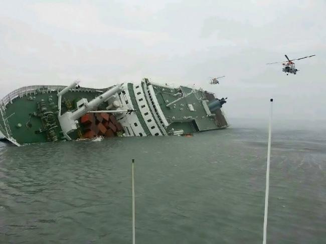 Loạt hình ám ảnh trong thảm kịch chìm phà Sewol cướp đi sinh mạng của gần 300 học sinh ở Hàn Quốc 3 năm trước - Ảnh 2.