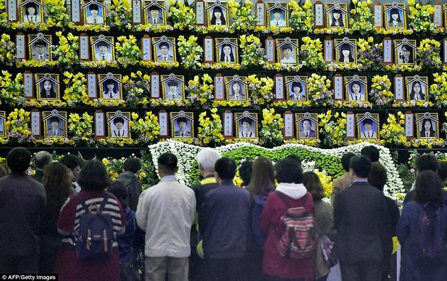 3 năm sau thảm kịch chìm phà Sewol, cha mẹ các em học sinh xem con mình chỉ đi xa dài ngày - Ảnh 2.