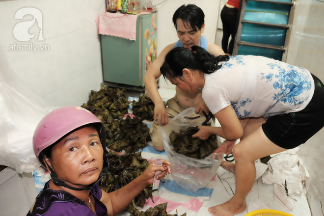 Xóm làm bánh ú tro nức tiếng Sài Gòn gói cả ngày, nấu cả đêm dịp Tết Đoan Ngọ - Ảnh 13.
