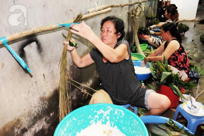 Xóm làm bánh ú tro nức tiếng Sài Gòn gói cả ngày, nấu cả đêm dịp Tết Đoan Ngọ - Ảnh 7.