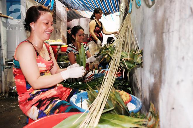 Xóm làm bánh ú tro nức tiếng Sài Gòn gói cả ngày, nấu cả đêm dịp Tết Đoan Ngọ - Ảnh 8.