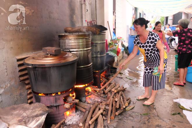 Xóm làm bánh ú tro nức tiếng Sài Gòn gói cả ngày, nấu cả đêm dịp Tết Đoan Ngọ - Ảnh 6.