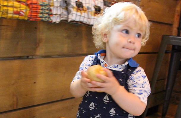 Có thể bạn không tin, nhưng một củ khoai tây có thể trị được cơn ăn vạ, khóc lóc của trẻ rất hiệu quả - Ảnh 2.
