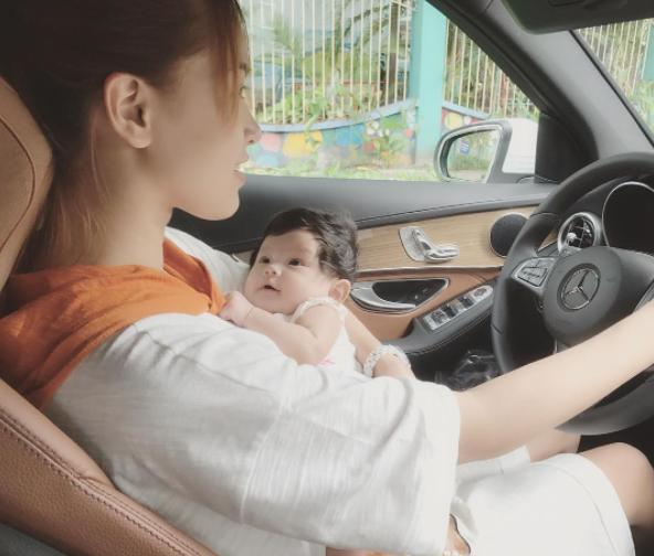 Hải Băng gây tranh cãi khi vừa bế con nhỏ vừa vô tư lái xe - Ảnh 2.
