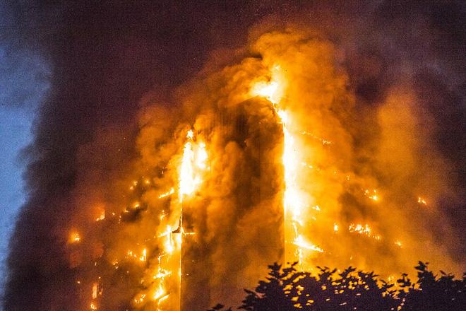Điều kỳ diệu trong vụ hỏa hoạn ở Anh: Mẹ ném con qua cửa sổ tầng 10, người đi đường bắt trúng - Ảnh 2.