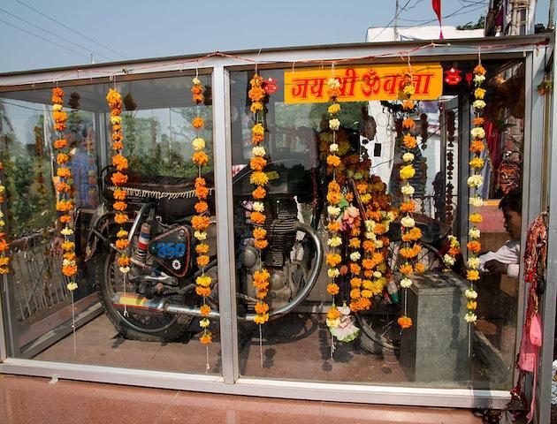 Chiếc xe mô tô thần thánh: mỗi năm có hàng nghìn người kéo đến thờ phụng - Ảnh 2.