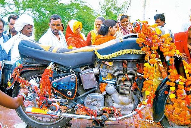 Chiếc xe mô tô thần thánh: mỗi năm có hàng nghìn người kéo đến thờ phụng - Ảnh 4.