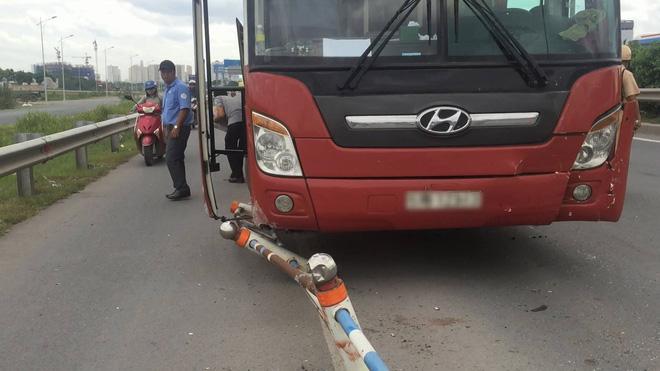 TP.HCM: Va chạm liên hoàn giữa xe khách Thành Bưởi và 2 ô tô, đường dẫn lên cao tốc kẹt cứng - Ảnh 1.