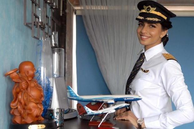 Vẻ đẹp như hoa hậu của nữ cơ trưởng lái Boeing 777 trẻ nhất thế giới - Ảnh 1.
