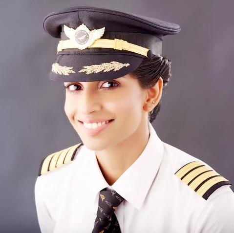 Vẻ đẹp như hoa hậu của nữ cơ trưởng lái Boeing 777 trẻ nhất thế giới - Ảnh 2.