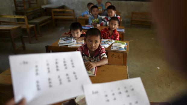 Lá thư đầy nước mắt của một học sinh bị cô giáo bạo hành gây chấn động mạng xã hội Trung Quốc - Ảnh 1.