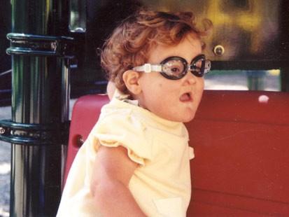 Nhai lưỡi và tự cào mù cả mắt, cuộc sống đầy rẫy hiểm họa với bé gái bị mắc phải bệnh hiếm - Ảnh 4.