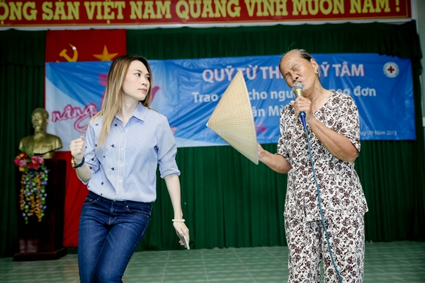Mỹ Tâm lại khiến fan xao xuyến khi nhường sân khấu và nhiệt tình múa phụ hoạ cho cụ bà hát - Ảnh 2.