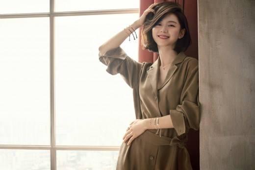 Bà xã Bae Yong Joon bầu bí lần 2 mà rạng ngời hết phần người khác - Ảnh 1.