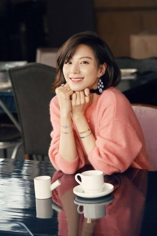 Bà xã Bae Yong Joon bầu bí lần 2 mà rạng ngời hết phần người khác - Ảnh 2.