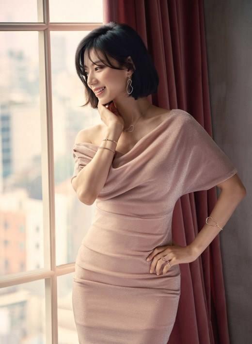 Bà xã Bae Yong Joon bầu bí lần 2 mà rạng ngời hết phần người khác - Ảnh 3.