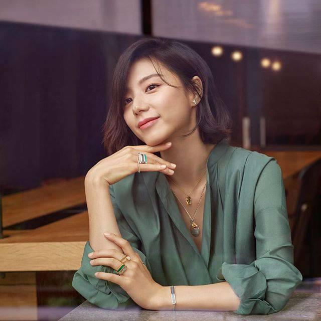 Bà xã Bae Yong Joon bầu bí lần 2 mà rạng ngời hết phần người khác - Ảnh 4.