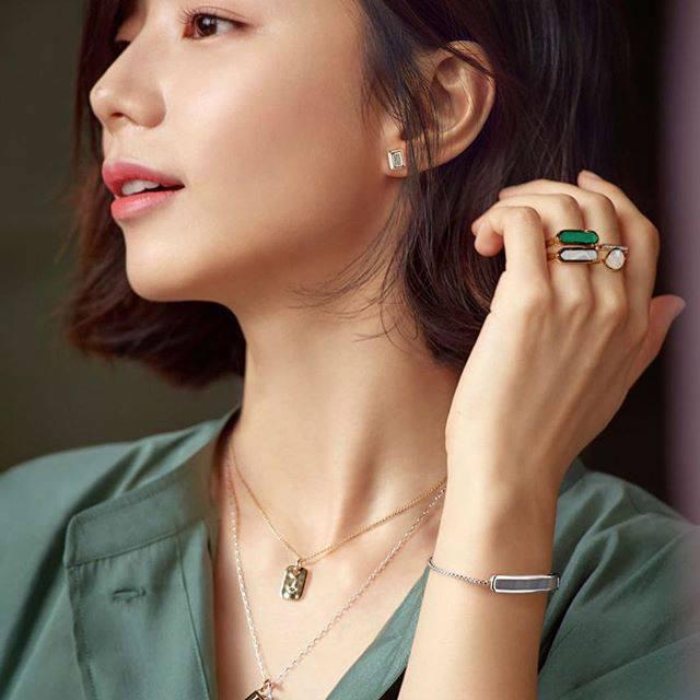 Bà xã Bae Yong Joon bầu bí lần 2 mà rạng ngời hết phần người khác - Ảnh 5.