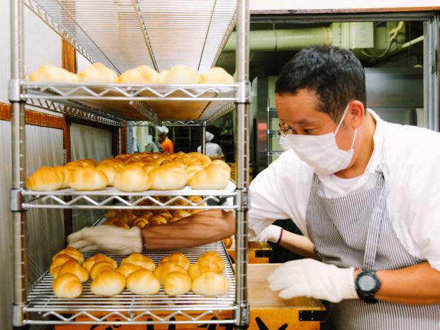 Có gì tại tiệm bánh mì Nhật Bản, hoạt động 74 năm và chỉ bán 2 loại bánh nhưng vẫn nườm nượp khách? - Ảnh 1.