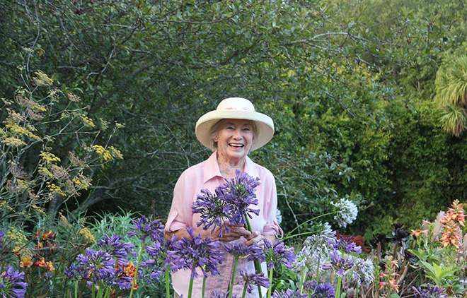 Khu vườn địa đàng của cụ bà 83 tuổi đã dành 33 năm để thỏa mãn tình yêu với cây và hoa - Ảnh 1.