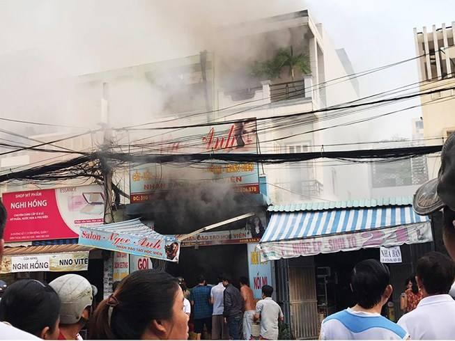 TP.HCM: Cha hoảng sợ gọi cảnh sát vào cứu con trong ngôi nhà đang cháy ngùn ngụt - Ảnh 1.