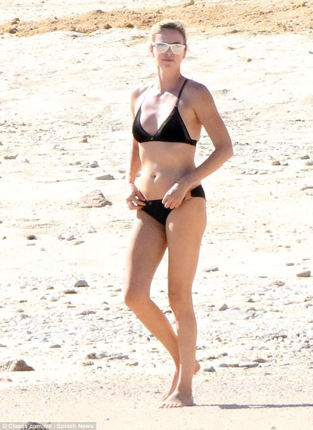 Ở tuổi 41, đóa hồng gai Charlize Theron vẫn vô cùng nóng bỏng khi diện bikini - Ảnh 2.