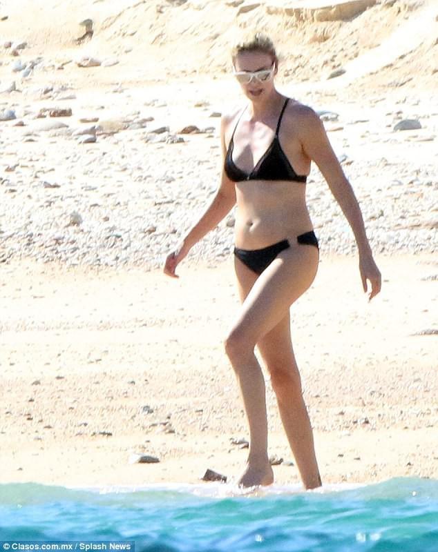 Ở tuổi 41, đóa hồng gai Charlize Theron vẫn vô cùng nóng bỏng khi diện bikini - Ảnh 1.
