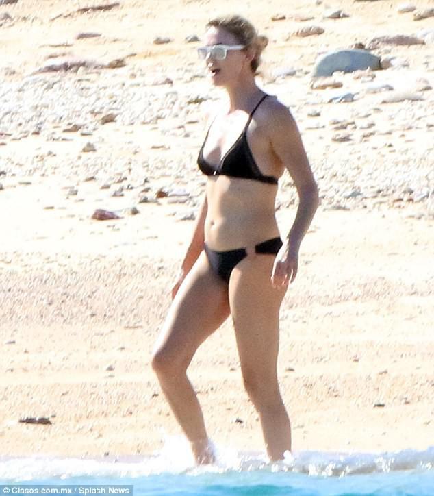 Ở tuổi 41, đóa hồng gai Charlize Theron vẫn vô cùng nóng bỏng khi diện bikini - Ảnh 4.