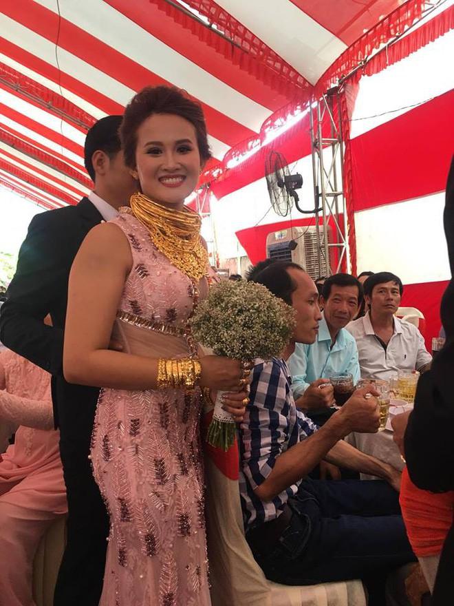 Đám cưới khủng ở Đồng Nai: Cô dâu vàng đeo trĩu cổ, rước dâu bằng xe Bentley và mời cả ca sỹ Cẩm Ly về hát - Ảnh 1.