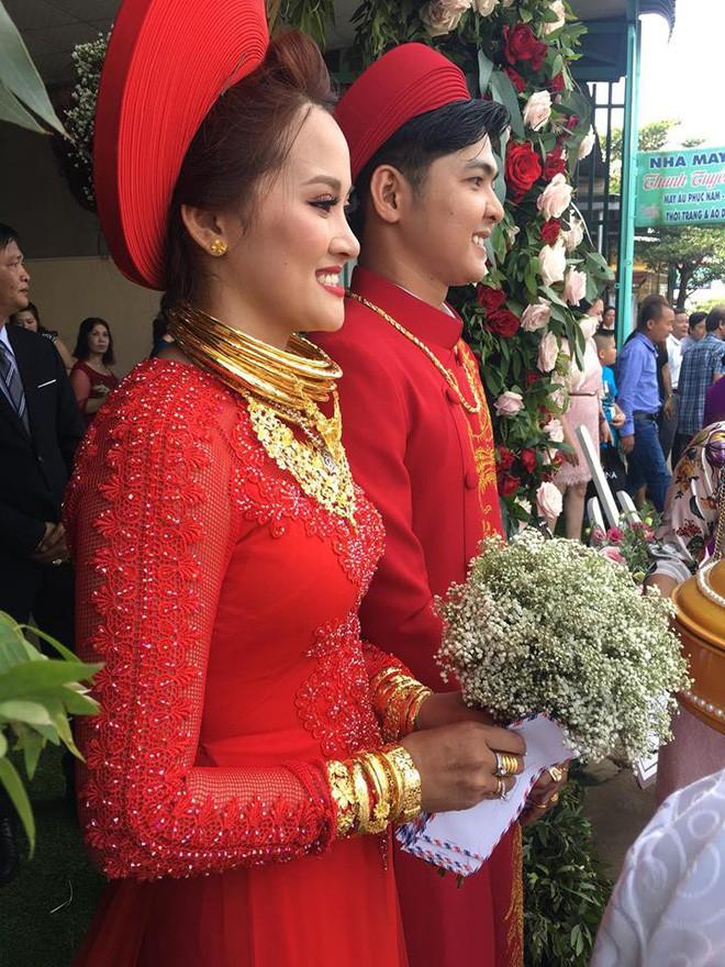 Đám cưới khủng ở Đồng Nai: Cô dâu vàng đeo trĩu cổ, rước dâu bằng xe Bentley và mời cả ca sỹ Cẩm Ly về hát - Ảnh 2.