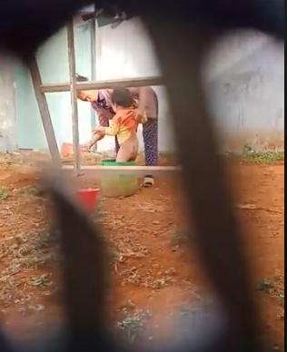 Người phụ nữ lớn tuổi bạo hành dã man, dùng vật cứng thọc vào bộ phận sinh dục bé trai 2 tuổi - Ảnh 2.