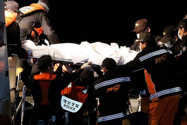 Loạt hình ám ảnh trong thảm kịch chìm phà Sewol cướp đi sinh mạng của gần 300 học sinh ở Hàn Quốc 3 năm trước - Ảnh 11.