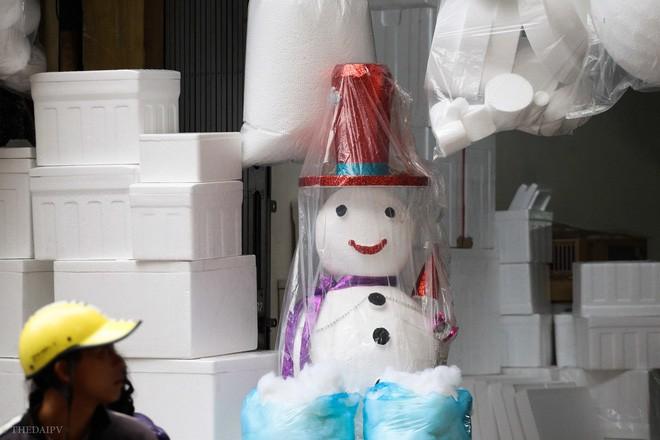 Thị trường đồ trang trí Noel: Xuất hiện nhiều món khủng với giá tiền triệu vẫn hút khách - Ảnh 19.