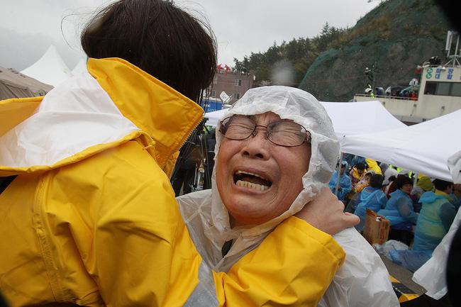 Loạt hình ám ảnh trong thảm kịch chìm phà Sewol cướp đi sinh mạng của gần 300 học sinh ở Hàn Quốc 3 năm trước - Ảnh 12.