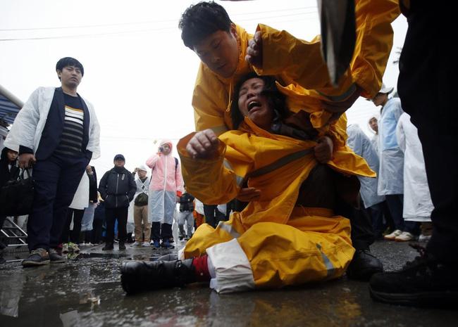Loạt hình ám ảnh trong thảm kịch chìm phà Sewol cướp đi sinh mạng của gần 300 học sinh ở Hàn Quốc 3 năm trước - Ảnh 13.