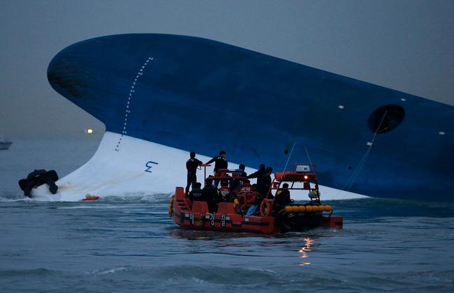 Loạt hình ám ảnh trong thảm kịch chìm phà Sewol cướp đi sinh mạng của gần 300 học sinh ở Hàn Quốc 3 năm trước - Ảnh 16.