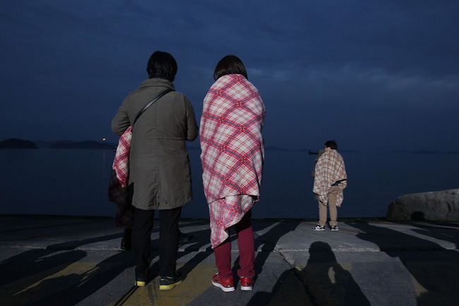 Loạt hình ám ảnh trong thảm kịch chìm phà Sewol cướp đi sinh mạng của gần 300 học sinh ở Hàn Quốc 3 năm trước - Ảnh 17.