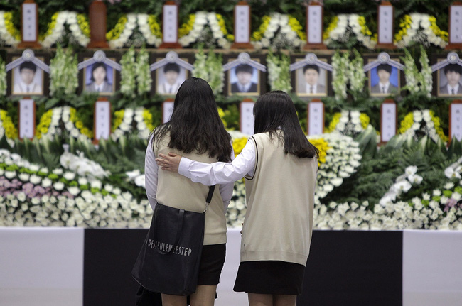 Loạt hình ám ảnh trong thảm kịch chìm phà Sewol cướp đi sinh mạng của gần 300 học sinh ở Hàn Quốc 3 năm trước - Ảnh 19.