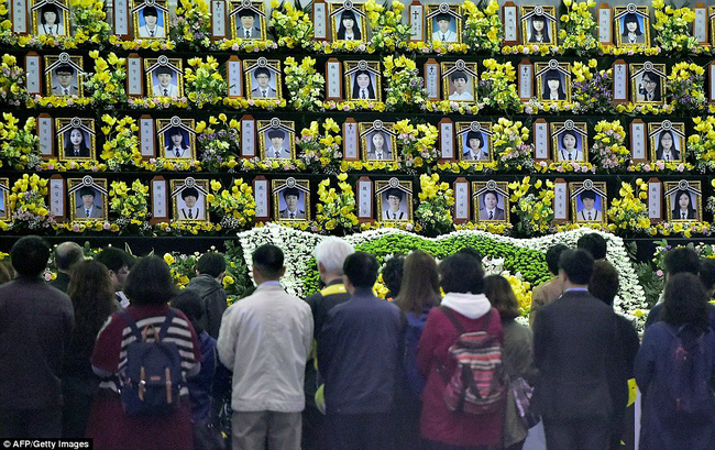 Loạt hình ám ảnh trong thảm kịch chìm phà Sewol cướp đi sinh mạng của gần 300 học sinh ở Hàn Quốc 3 năm trước - Ảnh 20.