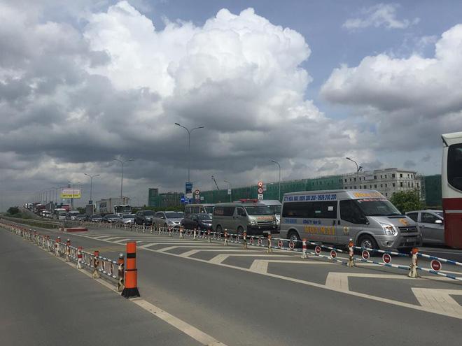 TP.HCM: Va chạm liên hoàn giữa xe khách Thành Bưởi và 2 ô tô, đường dẫn lên cao tốc kẹt cứng - Ảnh 3.